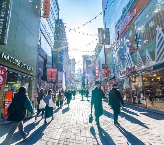 Shopping tourism and its contributions to the economic development of destinations